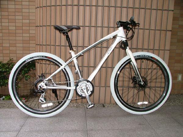 白タイヤのマウンテンバイク